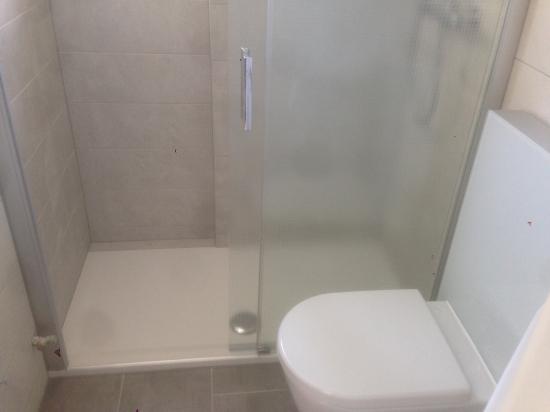 R novation d une petite salle de bain sierre revey s rl r novation g n - Mini salle de douche ...