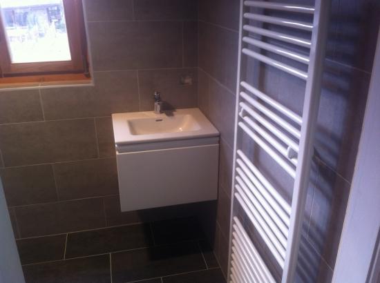 Sèche-serviettes sur chauffage central et lavabo