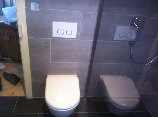 WC suspendu avec réservoir encastré