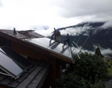 Pose de panneaux solaires pour production électrique et thermique