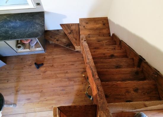 Escalier en vieux bois avant pose main-courrante