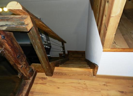 Escalier en vieux bois, vue d'en haut