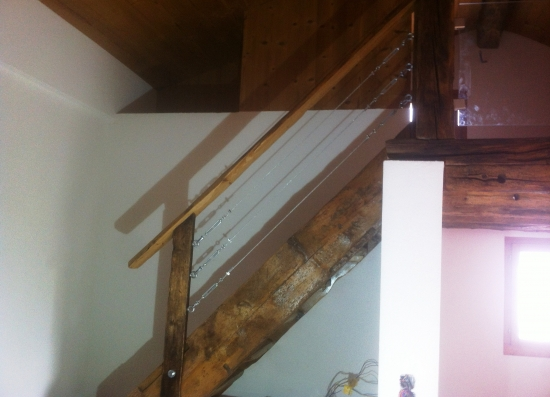 Escalier vieux bois avec barrière et câbles zingués