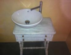 Intégration d'une vasque et robinetterie sur un vieux meuble (brocante)