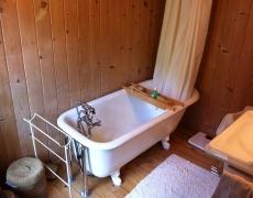 Pose et raccordement d'une baignoire sur pieds dans un chalet à Montana