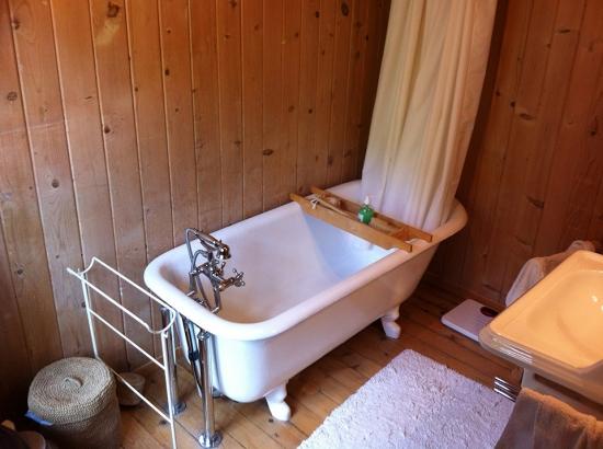 pose et raccordement d une baignoire sur pieds dans un. Black Bedroom Furniture Sets. Home Design Ideas