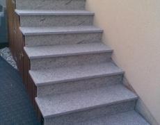 Pose d'un revêtement en granit sur un escalier extérieur