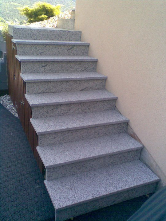 Pose d un rev tement en granit sur un escalier ext rieur for Pose dalle exterieur