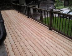 Pose d'une terrasse en bois à un hôtel à Evolène